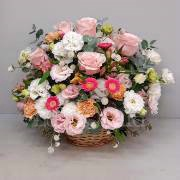 Flower arrangement with alstroemeria and pink roses